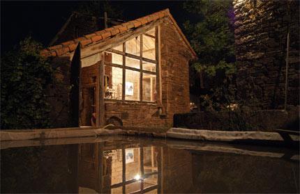 Baie vitrée de l'atelier qui se reflète dans le bassin de barbotine