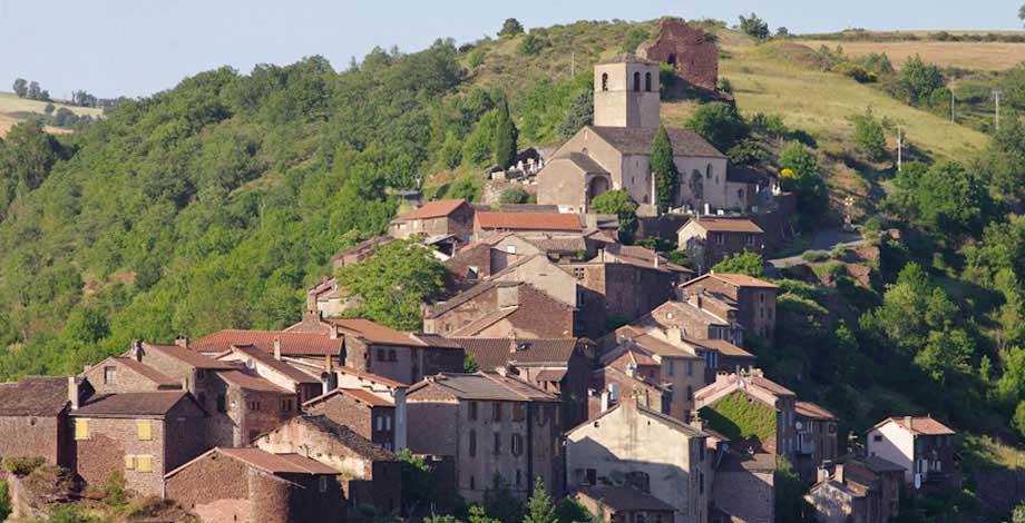 Poterie de Lucante, photo du village de Combret en Aveyron et de la statue Menhir exposée à Lucante
